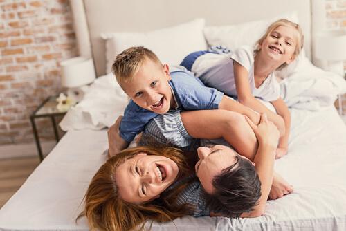 familia-riendo-cama